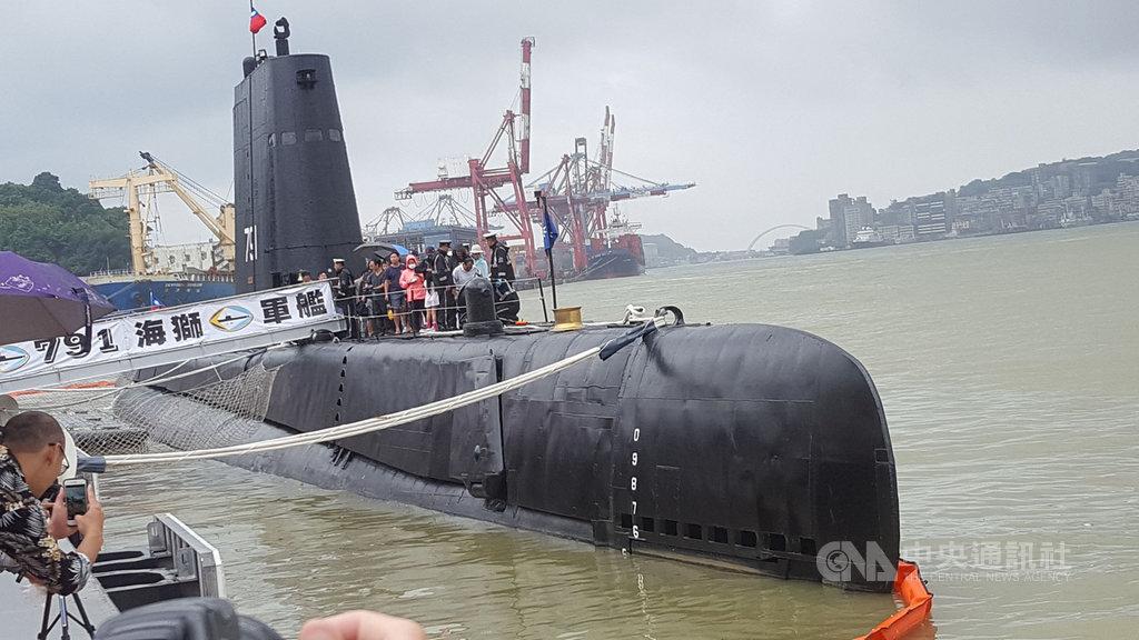 海軍司令部28日在基隆港舉辦營區開放活動,展示各型軍艦等,其中海獅號潛艦(圖)受到民眾喜愛,攜家帶眷排隊等著入內參觀。中央社記者王朝鈺攝 108年9月28日