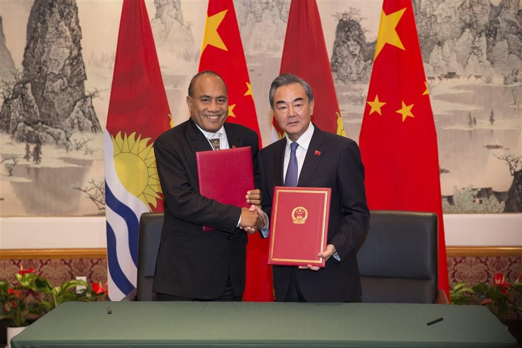 美東時間27日,中國國務委員兼外交部長王毅(右)與吉里巴斯總統兼外交部長馬茂(左)在紐約簽署聯合公報,正式復交。(中新社提供)