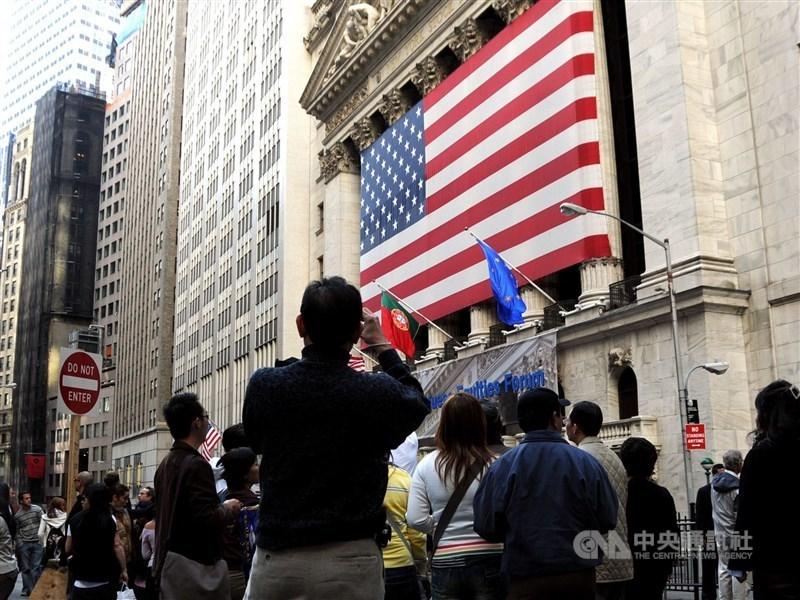 知情人士27日表示,美國總統川普政府正考慮將中國企業從美國證券交易所除牌,這將讓美中貿易緊張關係急遽升高。圖為美國紐約證交所。(中央社檔案照片)