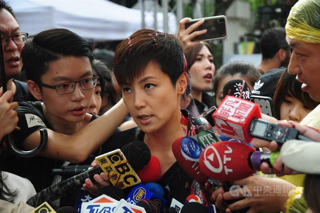 香港歌手何韻詩29日出席「929台港大遊行」前接受媒體聯訪時,遭不明人士潑紅漆。何韻詩隨後繼續冷靜受訪。中央社記者沈朋達攝 108年9月29日