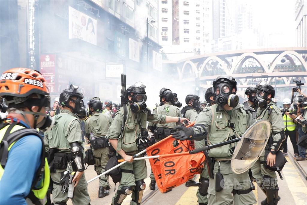 路透社報導,北京已悄悄將部署在香港的中國安全部隊人數倍增至上萬人。圖為反送中支持者29日堵塞銅鑼灣sogo百貨,警方發射催淚彈清場。(中央社檔案照片)