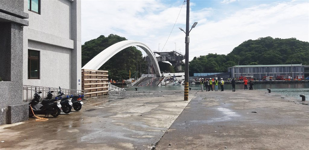 宜蘭縣南方澳跨港大橋1日上午驚傳坍塌意外,相關單位已進駐因應。中央社記者沈如峰攝 108年10月1日