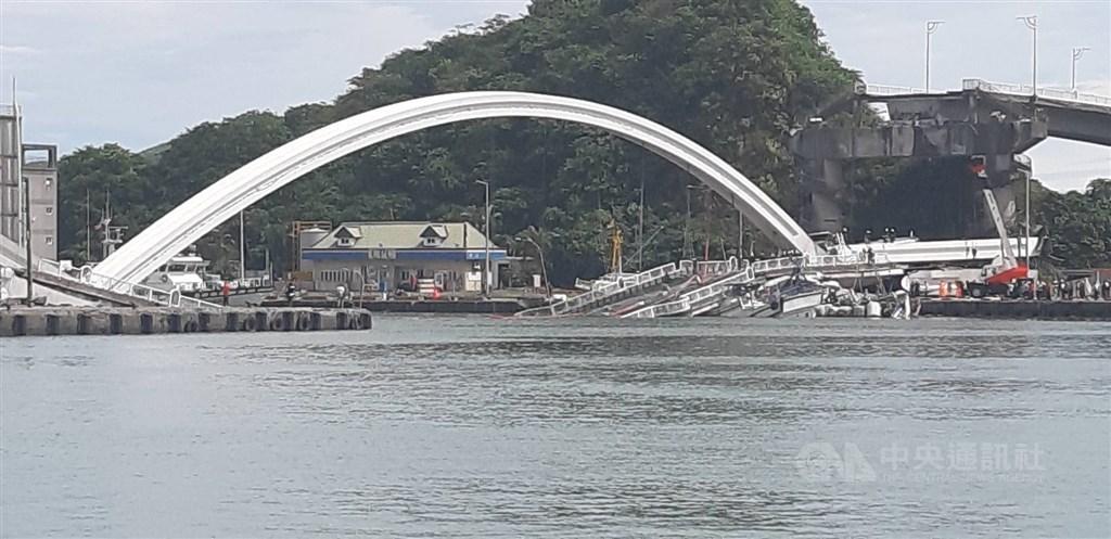 宜蘭縣南方澳跨港大橋1日上午坍塌,斷橋下漁船起火造成人員傷亡。中央社記者沈如峰攝 108年10月1日