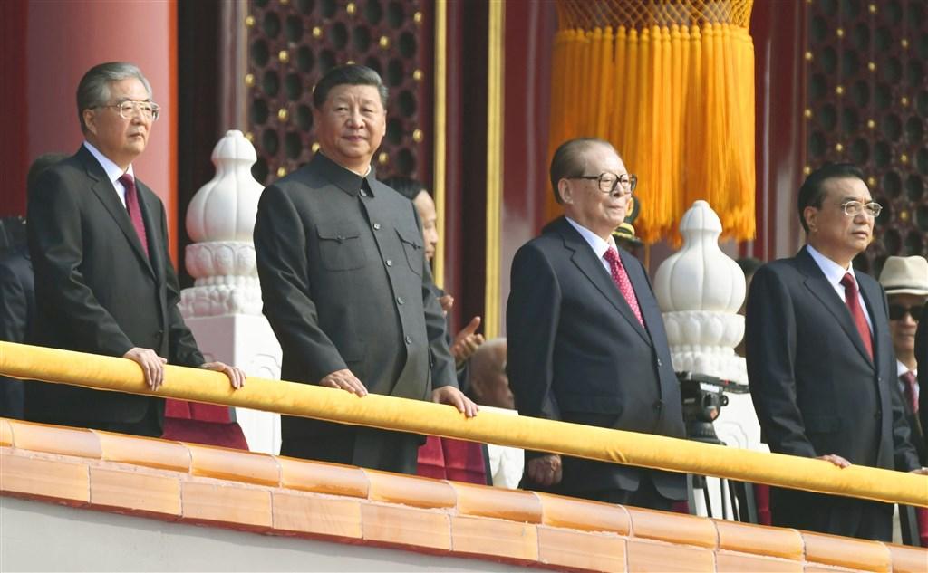 中共10月1日在北京為建政70週年舉行大規模閱兵,中共總書記習近平(左2)在閱兵前發表講話。中共前總書記胡錦濤(左)、江澤民(左3)以及國務院總理李克強一同現身觀禮。(共同社提供)