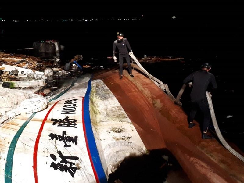 宜蘭縣南方澳大橋1日坍塌,海軍水下作業大隊隊員搜索稍早被拖離的第一艘事故船新臺勝266號。漁船中應已發現2具遺體,相關身分待確認。(國防部提供)