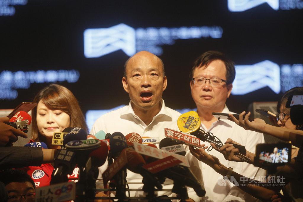 香港反送中發生警方開槍傷人案件,國民黨總統參選人、高雄市長韓國瑜(中)2日上午出席高雄流行音樂中心識別系統CI暨官方網站發布記者會時受訪表示,希望香港政府與民眾好好對話,趕快停止所有衝突暴力,讓香港持續繁榮穩定,「香港好、台灣才會好」。中央社記者董俊志攝 108年10月2日