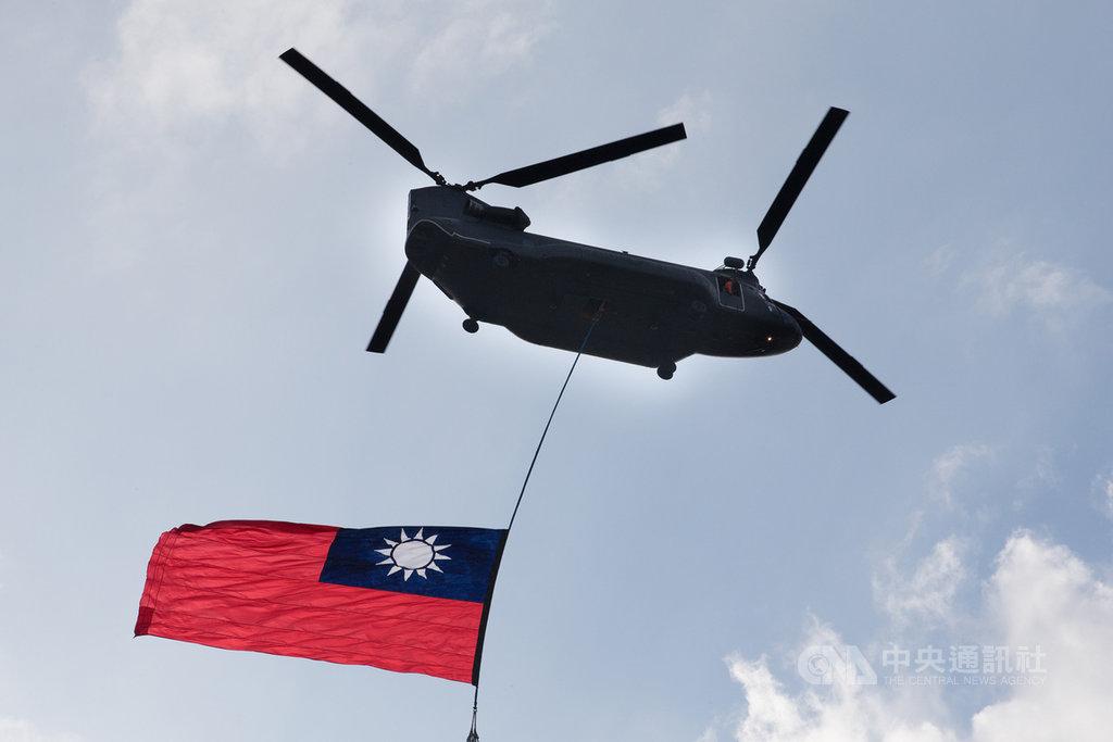 雙十國慶將至,國防部2日出動CH-47運輸直升機吊掛國旗,飛越總統府上空進行預演。(軍聞社提供)中央社記者游凱翔傳真 108年10月2日