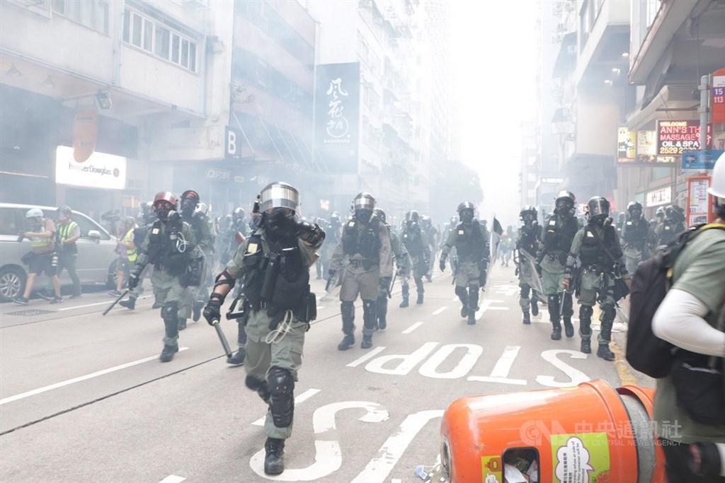反送中在1日中共建政70週年紀念日發起遍地開花遊行示威,大批鎮暴警察在催淚煙霧中從金鐘挺進,到灣仔展開清場。中央社記者張謙香港攝 108年10月1日