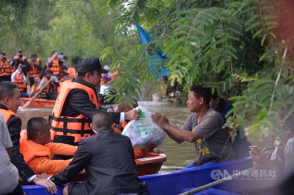 泰國東北部陷入近10年來最嚴重水災,泰國總理帕拉育(左)19日前往泰國烏汶府勘災,將救災物資送到災民手中。(泰國總理府提供)中央社記者呂欣憓曼谷傳真 108年10月2日
