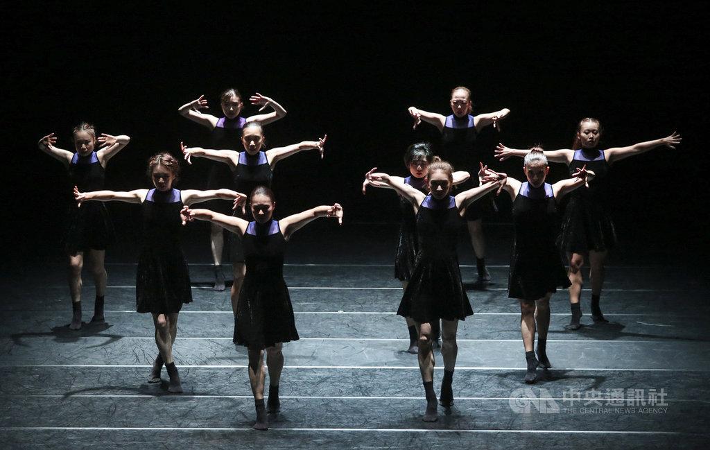 日本編舞家島崎徹應邀率島崎明星舞團訪台,2日晚間將與舞蹈空間舞團演出舞作「零極限」,以結構綿密的群舞,展現女性的柔美與力量。(舞蹈空間提供)中央社記者洪健倫傳真 108年10月2日