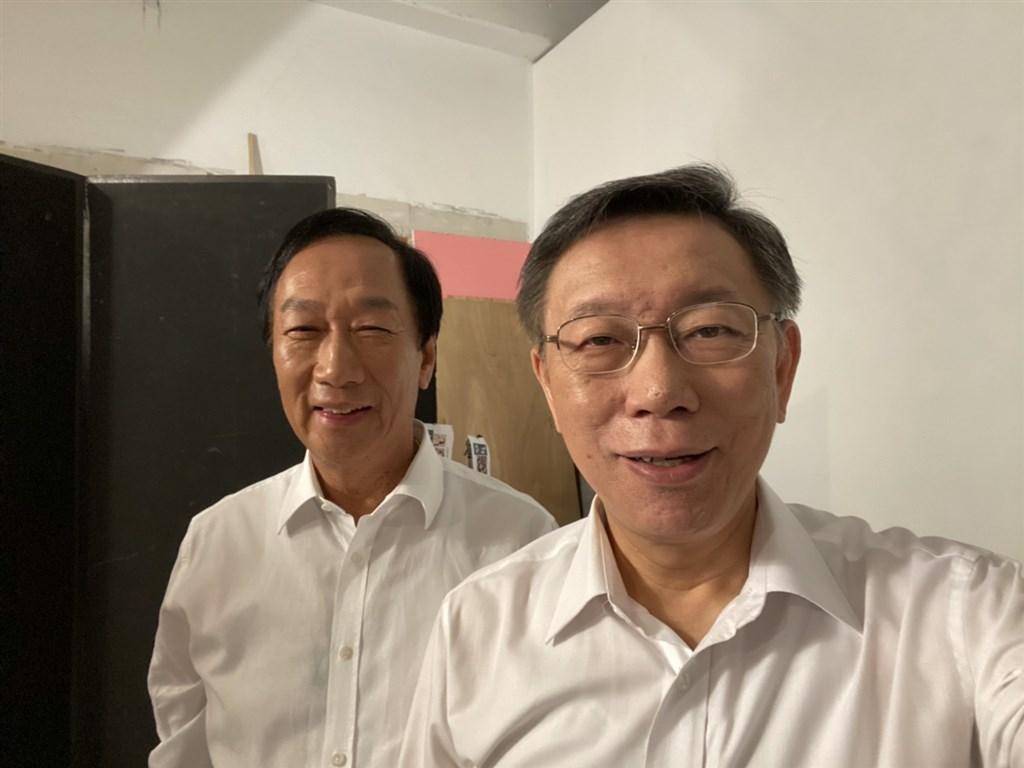 鴻海創辦人郭台銘(左)2日與台北市長柯文哲(右)、民眾黨立委參選人拍攝競選宣傳照。(郭台銘辦公室提供)