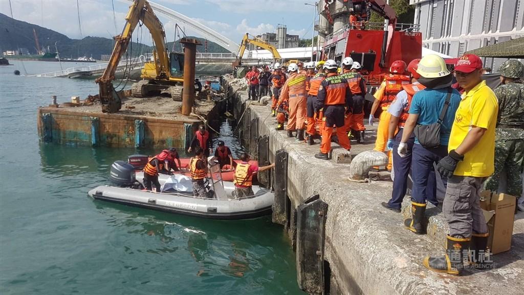 宜蘭縣南方澳跨港大橋1日發生坍塌意外。搜救單位2日下午在現場水中發現第5具遺體。中央社記者王鴻國攝 108年10月2日