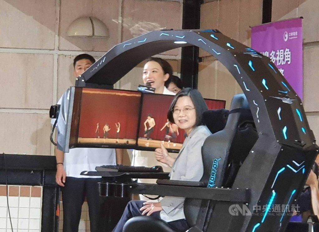 總統蔡英文(前)3日體驗中華電與合作夥伴研發的5G應用。中央社記者江明晏攝  108年10月3日