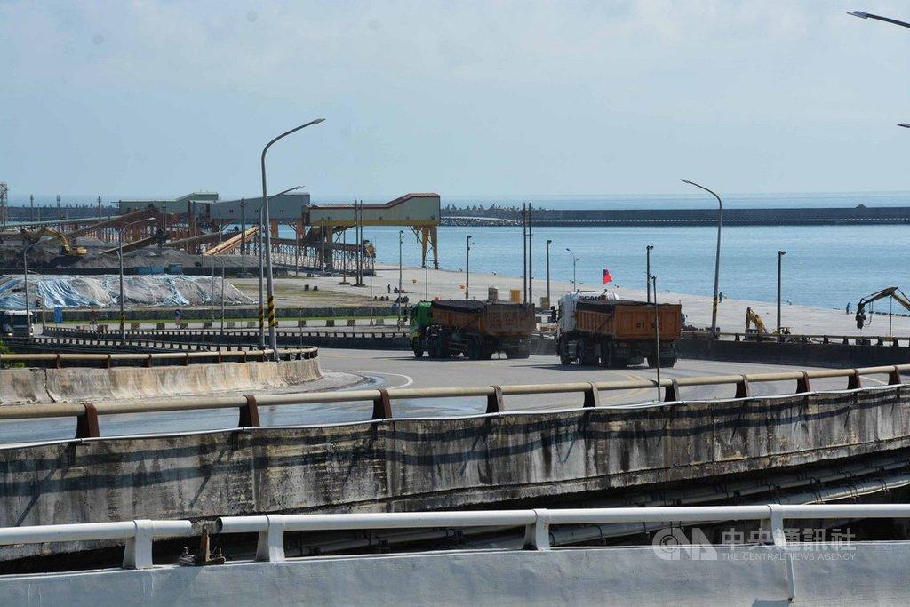 宜蘭南方澳跨港大橋崩塌,橋梁安全性受到重視,港務公司列管17座橋梁,花蓮港務分公司占4座;其中78年完工的花蓮港24號、22號及20號高架橋為預力混凝土橋,使用量最大的22號橋平均1天重車進出1000趟次。中央社記者張祈攝  108年10月3日