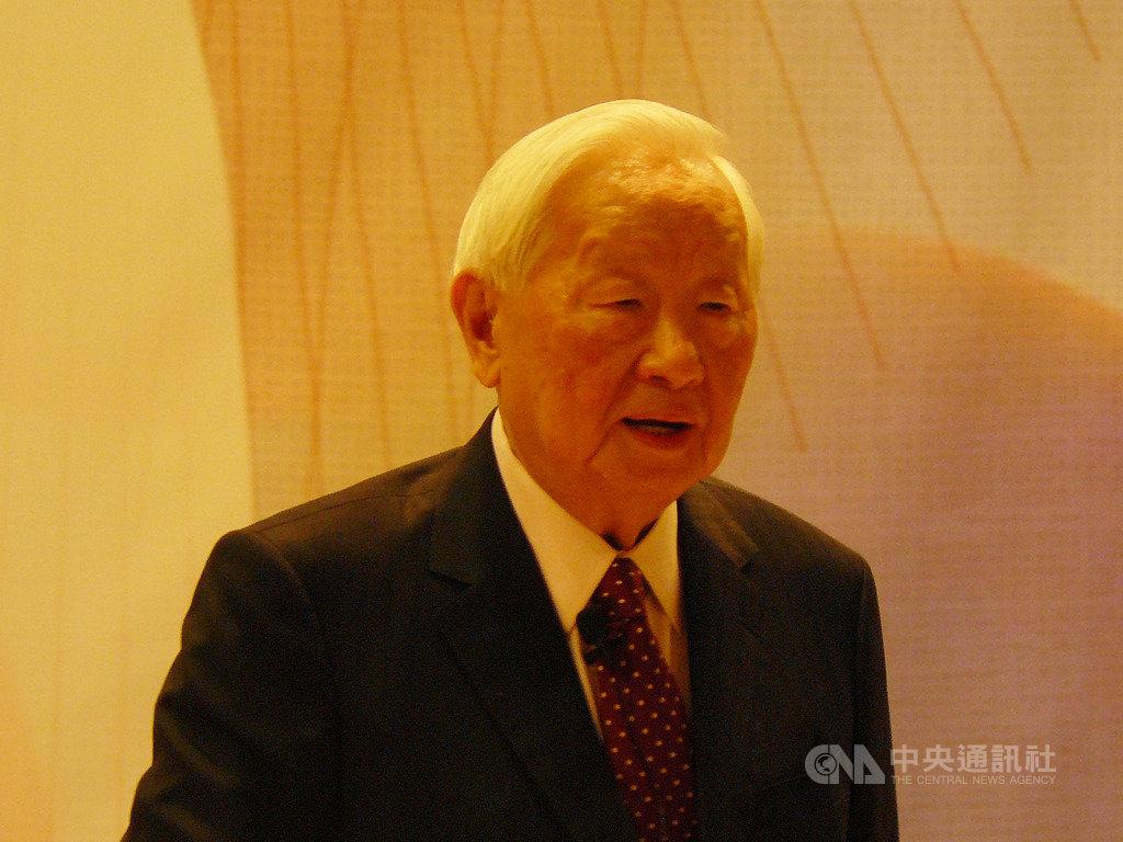 張忠謀4日應邀出席清華大學企業大師講座,演講「總經理的學習」,對於聽眾問及低薪問題,他表示,台灣年輕人或中年人都相當快樂,繼續吵「低薪」問題是自找麻煩。中央社記者張建中攝 108年10月4日