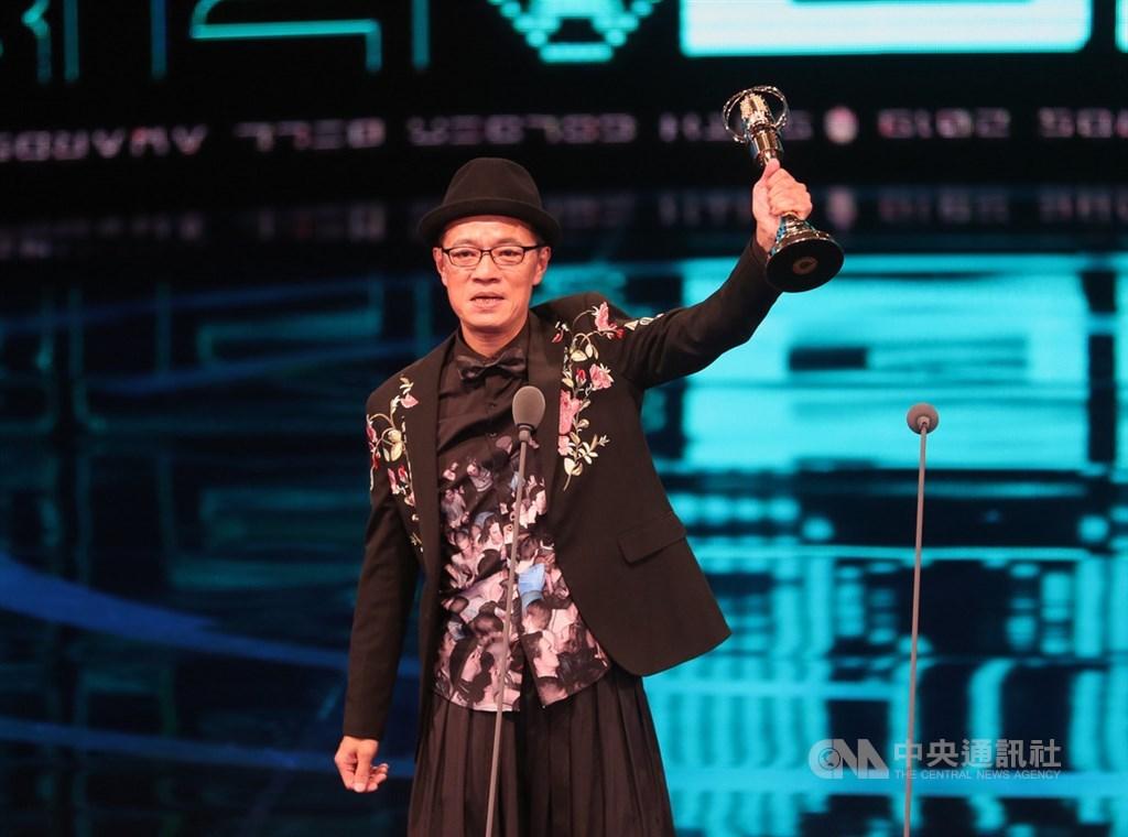 第54屆金鐘獎頒獎典禮5日晚間在台北舉行,迷你劇集(電視電影)男主角獎由演員吳朋奉以戲劇「公視人生劇展–第一響槍」奪得,同時擔任頒獎人的吳朋奉意外接下獎座。中央社記者張皓安攝 108年10月5日