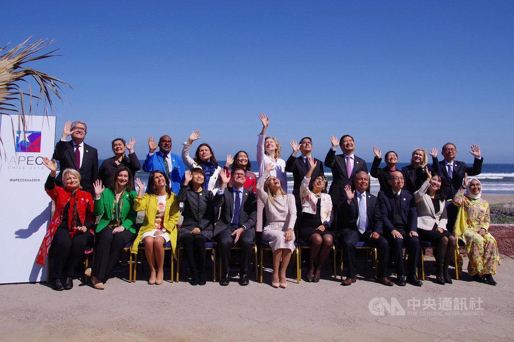 政務委員羅秉成出席在智利舉行的亞太經濟合作(APEC)婦女與經濟論壇高階政策對話會議,與各國與會代表合影。(行政院性平處提供)中央社記者侯姿瑩傳真 108年10月5日