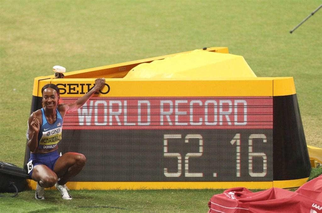 美國田徑女將穆罕默德4日在世界田徑錦標賽的400公尺跨欄決賽奪金,並締造新世界紀錄。(圖取自twitter.com/IAAFDoha2019)