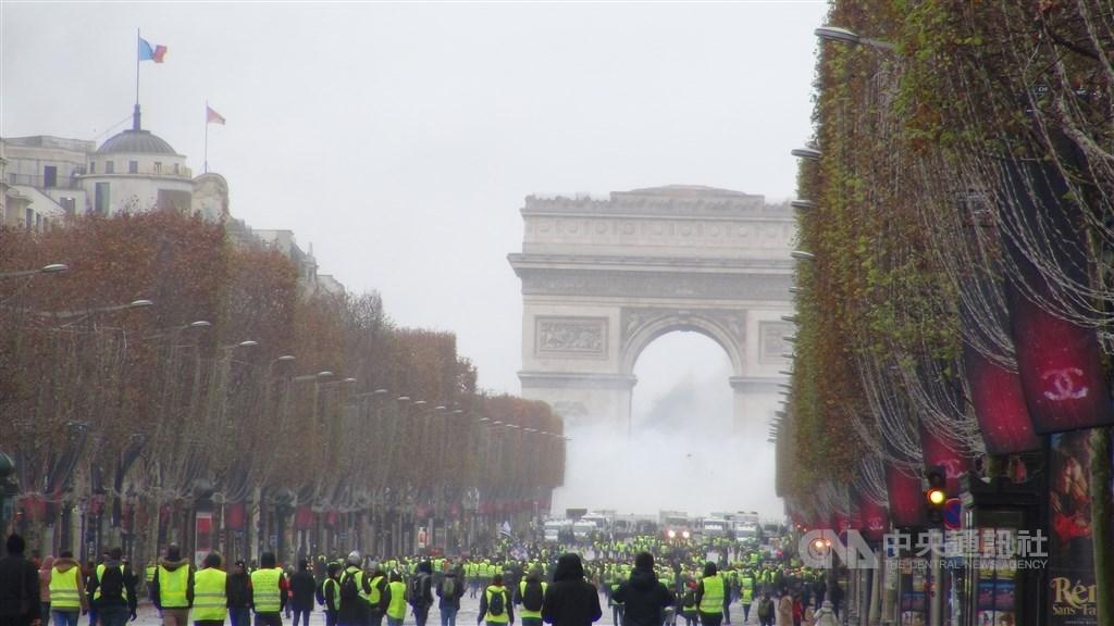 法國在「黃背心」運動數度沾染暴力下,實施「反破壞者法案」,禁止遊行期間蒙面,但被批評不精確,執行上有疑慮。圖為2018年12月法國黃背心運動示威。(中央社檔案照片)