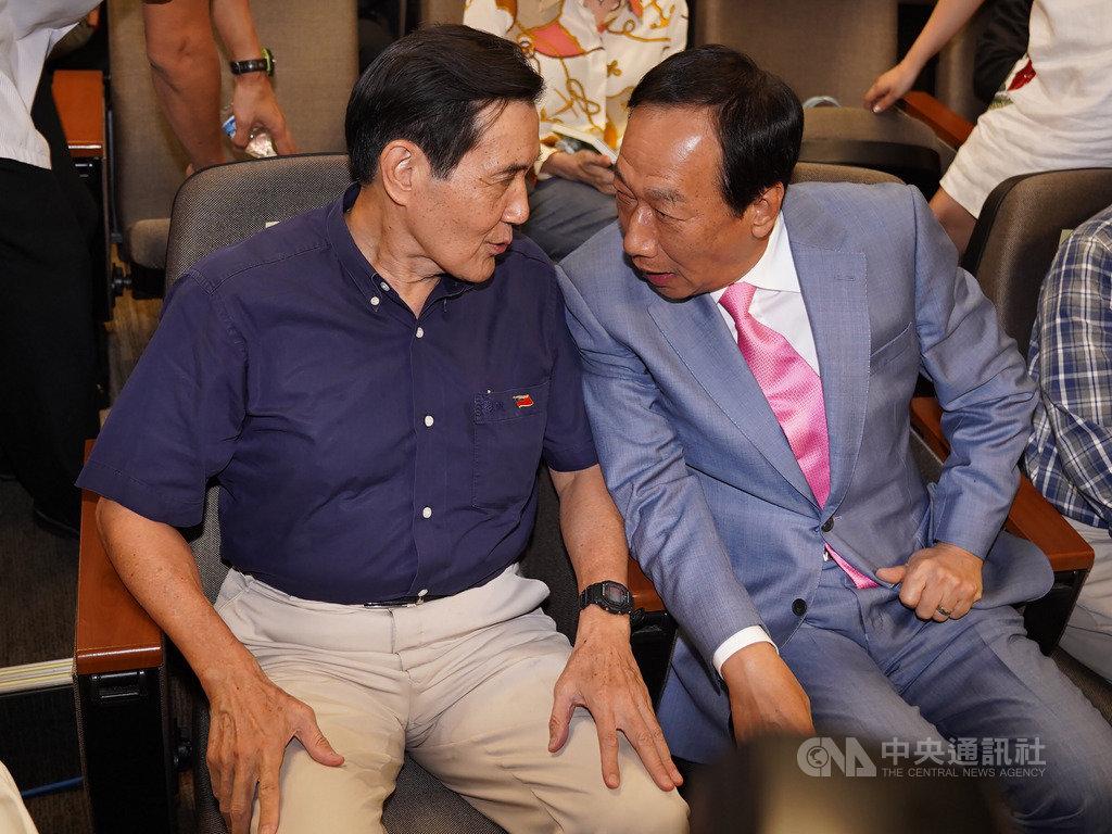 前總統馬英九(左)、鴻海創辦人郭台銘(右)6日下午在台北同台出席前台東縣長黃健庭專題演講,兩人比鄰而坐,互相交換意見。中央社記者徐肇昌攝 108年10月6日