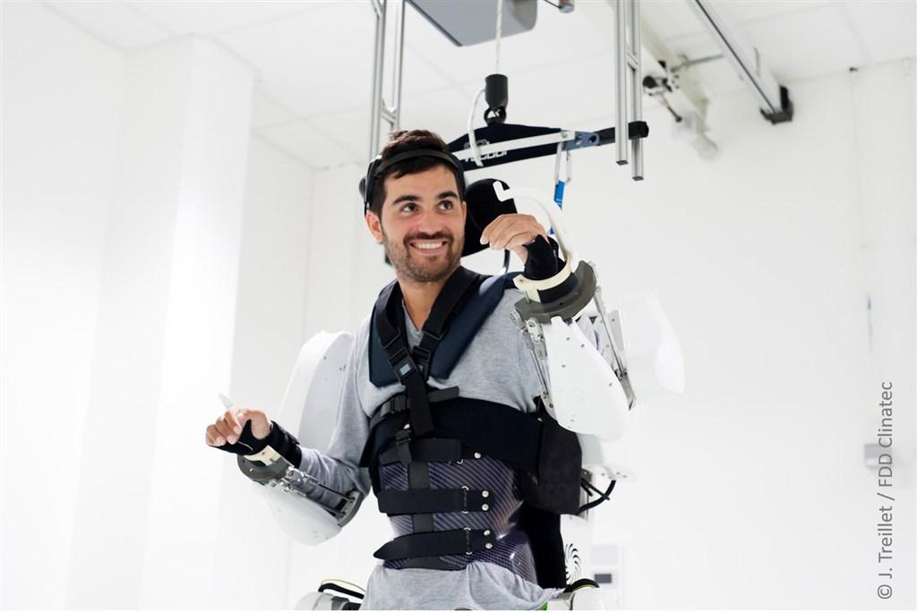 法國28歲四肢癱瘓患者提波爾穿上裝在天花板上的平衡裝置,使用植入腦部附近的感應器來傳遞訊息,藉此活動他癱瘓的四肢。(圖取自twitter.com/ClinatecFDD)