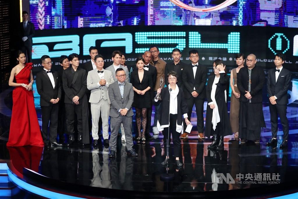 第54屆金鐘獎頒獎典禮5日晚間在台北國父紀念館舉行,最終大獎、戲劇節目獎不負眾望,由公視戲劇「我們與惡的距離」奪得。中央社記者張皓安攝 108年10月6日