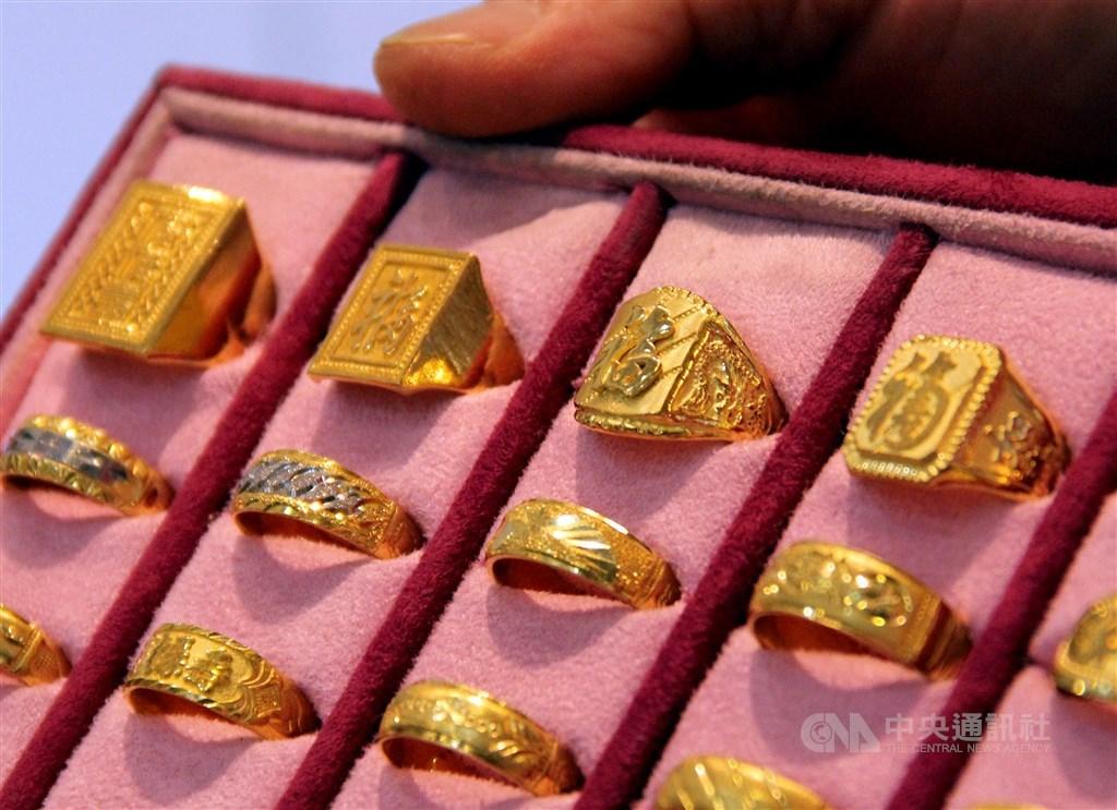 人事行政總處表示,民國109年起將鬆綁國旅卡使用限制,目前無法用國旅卡消費的珠寶銀樓,將於109年1月1日起解禁。(中央社檔案照片)