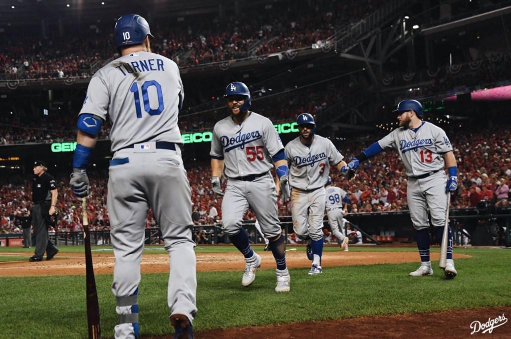 美國職棒大聯盟MLB國聯分區季後賽,洛杉磯道奇終場10比4痛宰華盛頓國民,在5戰3勝制系列賽取得2比1聽牌優勢。(圖取自twitter.com/Dodgers)