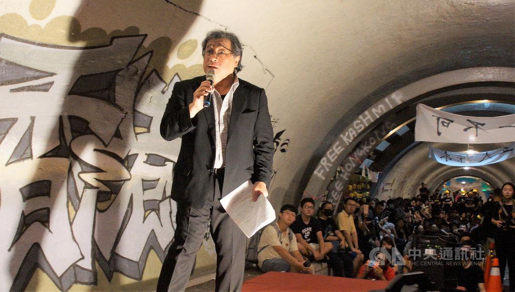 高雄中山大學學生會7日晚間舉辦「榮光那頭再見」連儂隧道–邁向自由晚會,晚會結束後將由志工進行隧道復原,活動吸引大批師生齊聚,為香港加油。中央社記者程啟峰高雄攝  108年10月7日