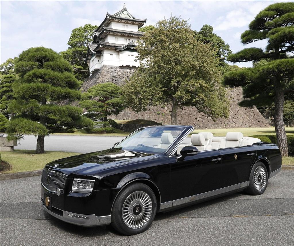日本政府預計22日舉行日皇德仁即位遊行的「祝賀御列之儀」,當天使用的座車7日首度在媒體面前亮相。(共同社提供)