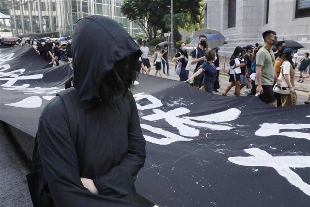 香港反蒙面法實施兩天後,當局7日首次依法起訴兩人。圖為5日反送中遊行,示威者依舊戴上口罩。(檔案照片/共同社提供)