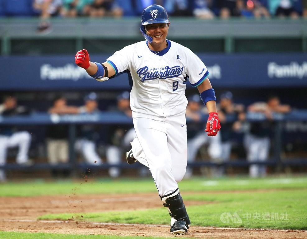 中華職棒公布9、10月投打MVP,富邦悍將隊野手林益全敲出6轟、打擊率3成98,中職生涯第14度拿下月MVP。(中央社檔案照片)