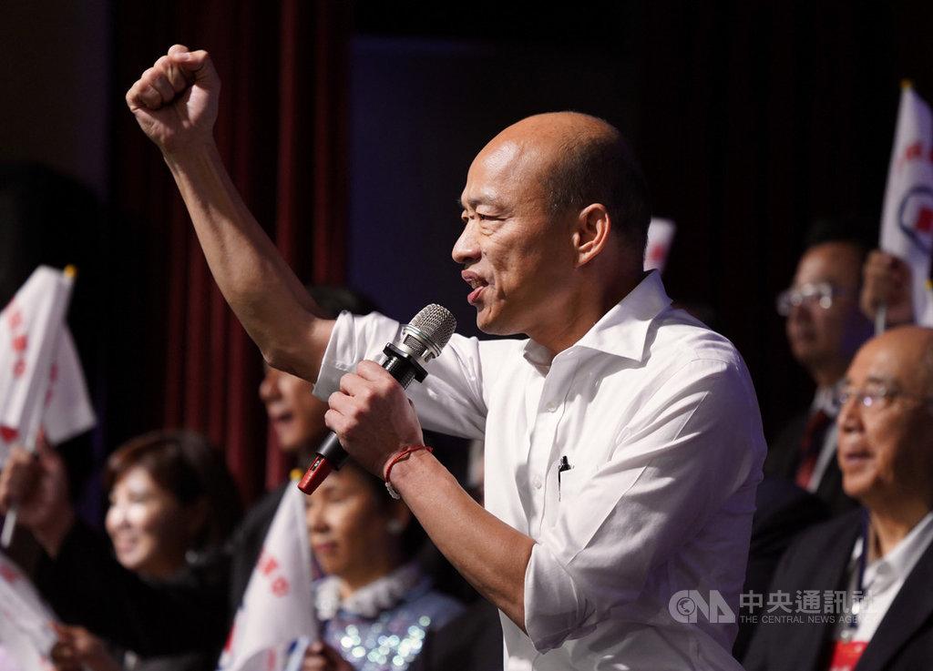 國民黨總統參選人韓國瑜(前)8日晚間在台北出席全國工商界後援會成立大會時表示,台灣需要突破現狀,未來只有開放兩字,在沒有國安疑慮下開大門走大路。中央社記者徐肇昌攝 108年10月8日