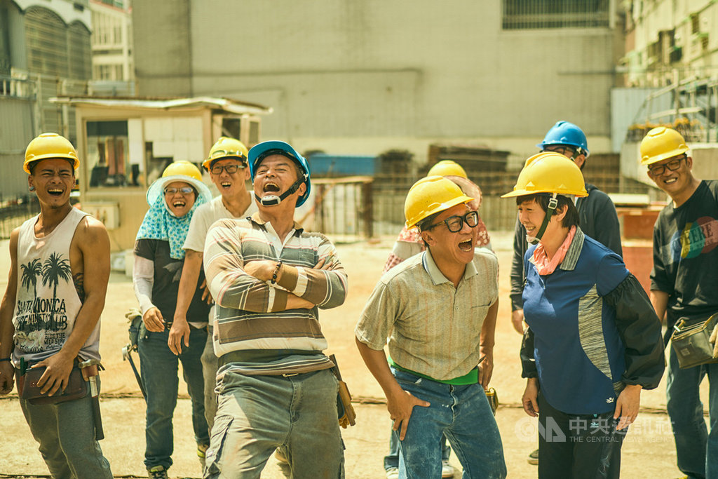 金鐘54大贏家「我們與惡的距離」製作團隊「大慕影藝」再推新作「做工的人」,找來資深演員李銘順(前左)、游安順(前右2)、苗可麗(前右)詮釋工地工人。(大慕影藝提供)中央社記者陳政偉傳真 108年10月8日