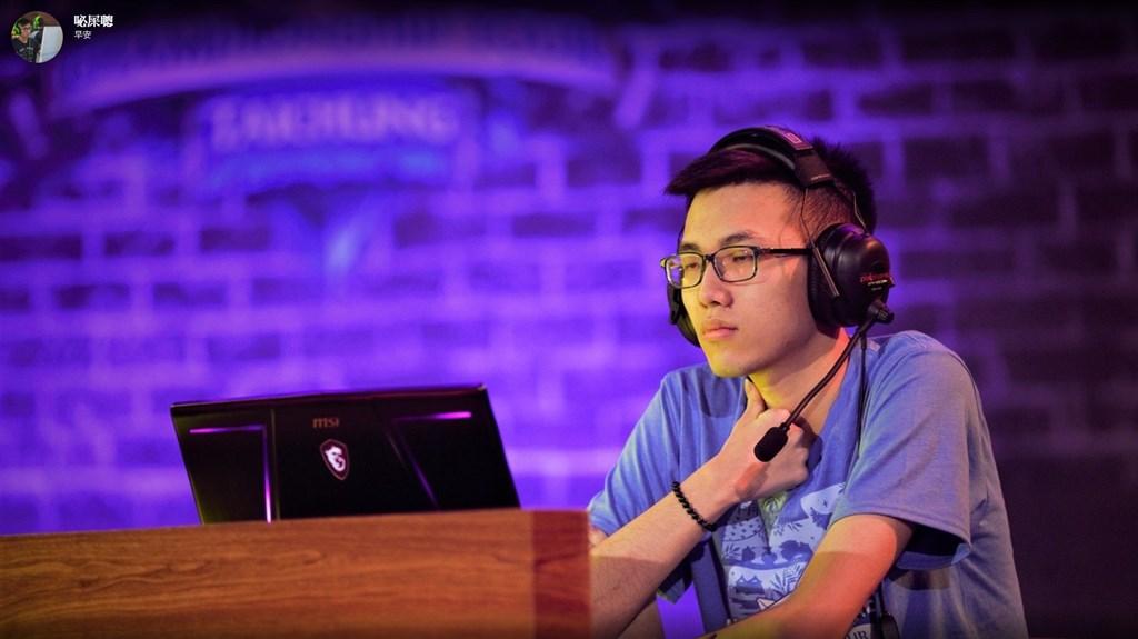 香港選手Blitzchung(圖)日前在遊戲「爐石戰記」賽後受訪時,蒙面高喊「光復香港,時代革命」。(圖取自Blitzchung Twitch網頁www.twitch.tv/blitzchung)