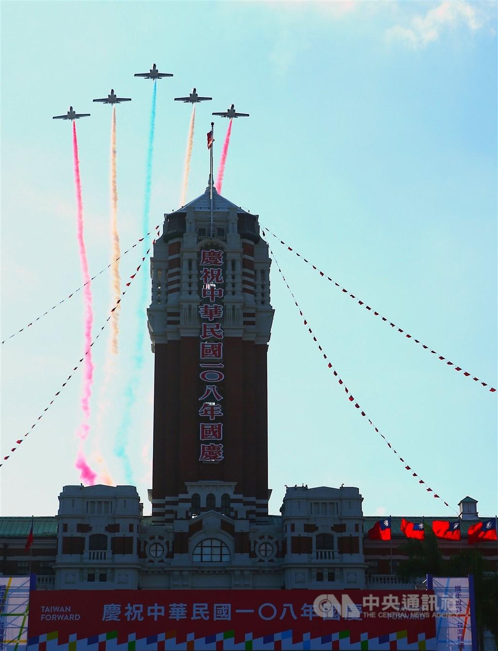 國慶籌備委員會8日下午在總統府前為今年國慶大會進行預演,壓軸演出由雷虎小組AT3教練機以5機大雁隊形,施放彩煙通過總統府上空,為預演掀起最後高潮。中央社記者王騰毅攝 108年10月8日