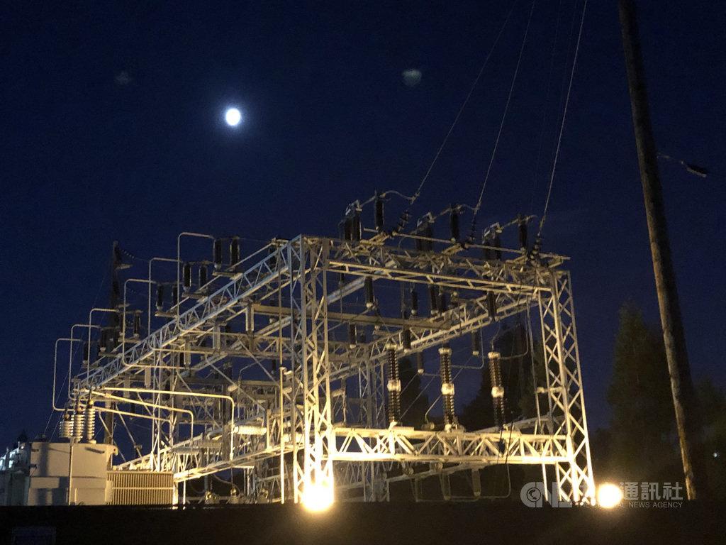 供給加州煤氣與電力的太平洋煤氣電力公司以強風可能威脅設備導致野火的安全理由宣布斷電,包括北加州及中加州城市有80萬用戶9日深夜起將無電可用。圖為加州當地的變電設施。中央社記者周世惠舊金山攝 108年10月9日