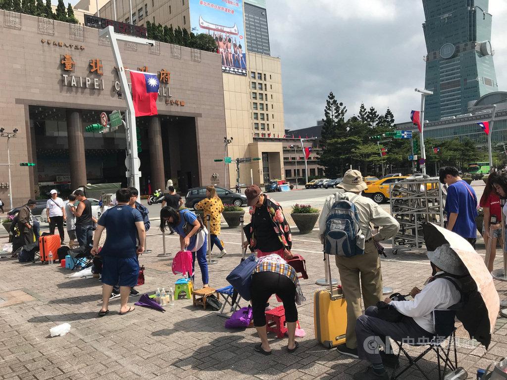 台北市政府10日將發送第5代「嗡嗡包」,9日清晨就有民眾陸續到市府廣場排隊。中央社記者梁珮綺攝 108年10月9日