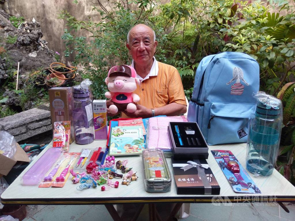 家扶基金會9日邀請29名認養人飛往越南胡志明市,與認養學童見面,長期認養人陳和松準備許多學用品及禮物要送給孩童。(家扶基金會提供)中央社記者郝雪卿傳真  108年10月9日