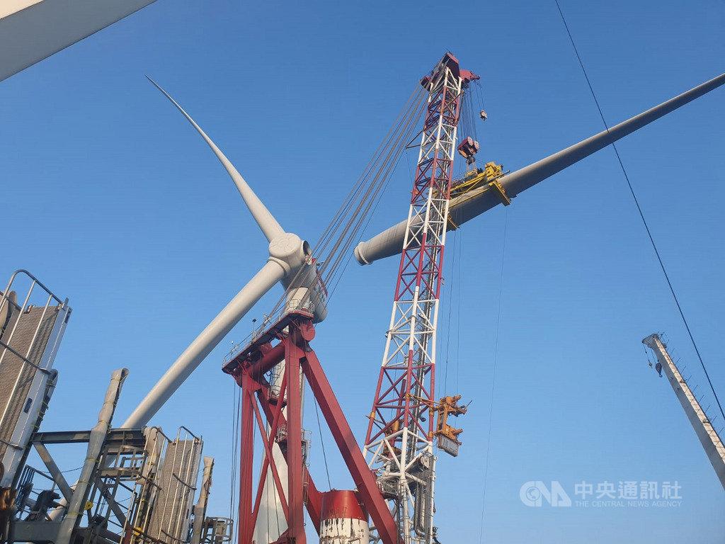 上緯投控主導開發的台灣首座離岸風電風場海洋風電9日宣布,第2階段20支風機全數安裝完成,預計年底前商轉。(上緯投控提供)中央社記者潘智義傳真  108年10月9日