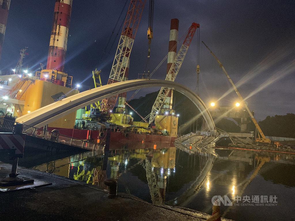 宜蘭縣南方澳跨港大橋的橋拱拆除工程9日展開,港務公司指出,預計晚間9時橋拱切割完畢,10日上午8時前運抵碼頭放置。(翻攝照片)中央社記者王朝鈺傳真  108年10月9日