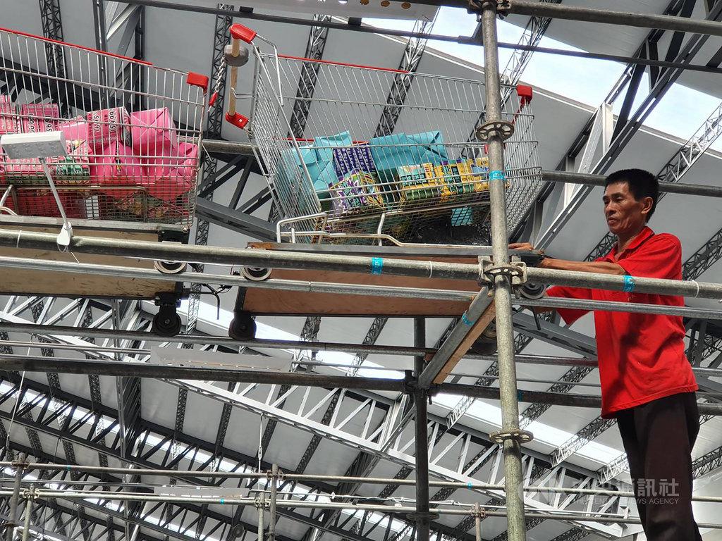2019台灣設計展5日起在屏東登場,主展區打造有「雲霄推車」超級市場,這個環繞整場的飛車軌道是由布袋戲台師傅吳泳興搭建,他說,自己平常就喜歡設計東西,設計是生活中的一部分,所有的人都能參與其中。(策展團隊提供)中央社記者郭芷瑄傳真  108年10月9日