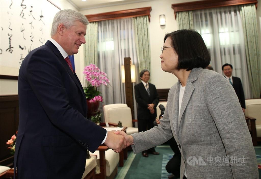 總統蔡英文(右)8日在總統府接見玉山論壇貴賓,與加拿大前總理哈帕(Stephen Harper)(左)握手致意。中央社記者鄭傑文攝 108年10月8日
