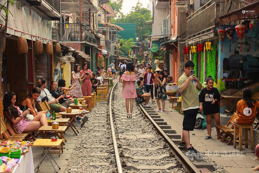 越南河內市古街一條鐵道兩旁咖啡店因有觀賞火車穿越的經典畫面,吸引旅客前來拍照打卡,成為當地很受歡迎的景點。不過,當地政府近日以交通安全考慮為由,要求鐵道兩旁咖啡店關閉。(網友提供)中央社河內傳真  108年10月9日