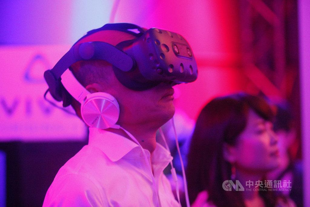 高雄市長韓國瑜(前)9日出席2019體感嘉年華DIGI WAVE開幕典禮,並體驗VR作品。中央社記者董俊志攝  108年10月9日