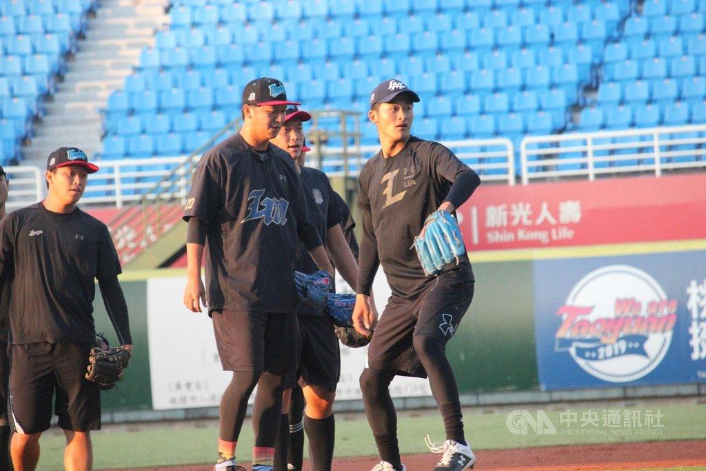 中華職棒總冠軍賽將於12日開打,前幾年沒有太多一軍機會的Lamigo桃猿投手張明翔(右)預計會入選,他表示,今年在一軍投球變得更勇敢。中央社記者楊啟芳攝 108年10月9日