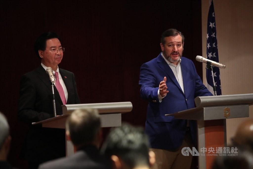 外交部9日晚間在香格里拉台北遠東國際大飯店舉辦記者會,外交部長吳釗燮(左)與美國聯邦參議員克魯茲(Ted Cruz)(右)一同出席,並回答媒體提問。中央社記者吳家昇攝 108年10月9日