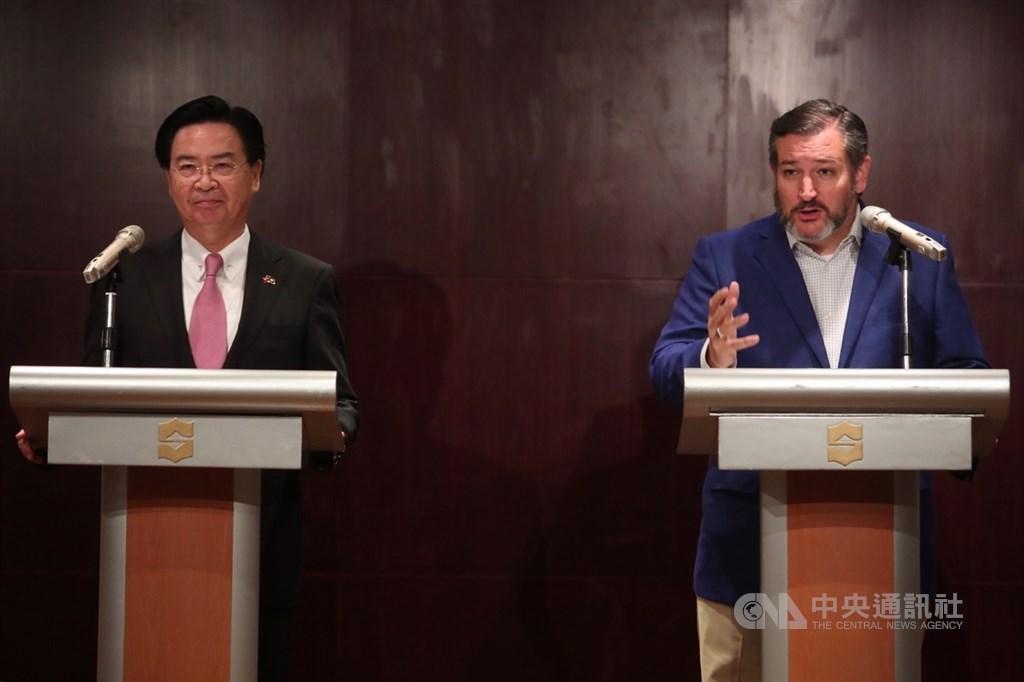 外交部9日在香格里拉台北遠東國際大飯店舉辦記者會,美國參議員克魯茲(Ted Cruz)(右)出席並回答媒體提問。左為外交部長吳釗燮。中央社記者吳家昇攝 108年10月9日