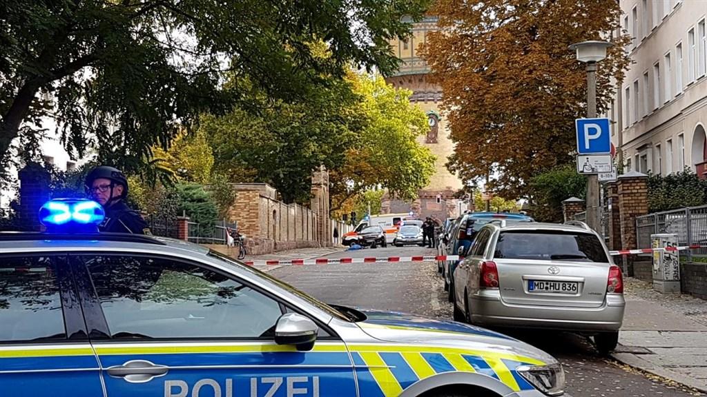 德國東部城市哈雷9日發生槍擊案,造成2人喪命。圖為警方在槍擊案發生後保護了該區域。(路透社提供)
