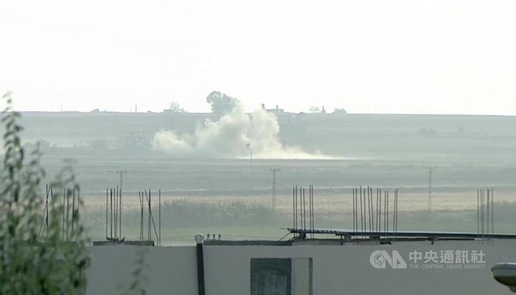 土耳其總統艾爾段9日宣布發起「和平之泉行動」,敘利亞拉卡省特爾阿布雅德鎮受到砲擊。圖攝自土耳其尚勒烏爾法省阿克恰卡萊鎮。(Ahmet Keyif提供)中央社記者何宏儒安卡拉傳真 108年10月9日